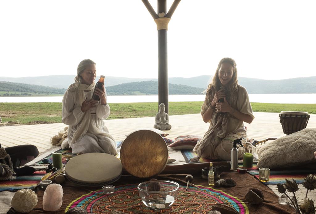 Lo que pasa en una ceremonia de cacao y por qué es tan relevante