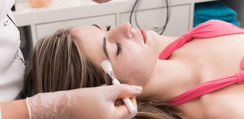 Peeling facial, todo lo que debes saber para una piel luminosa