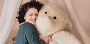 Beneficios de abrazar un oso de peluche ¡Tu niño interior estará feliz!