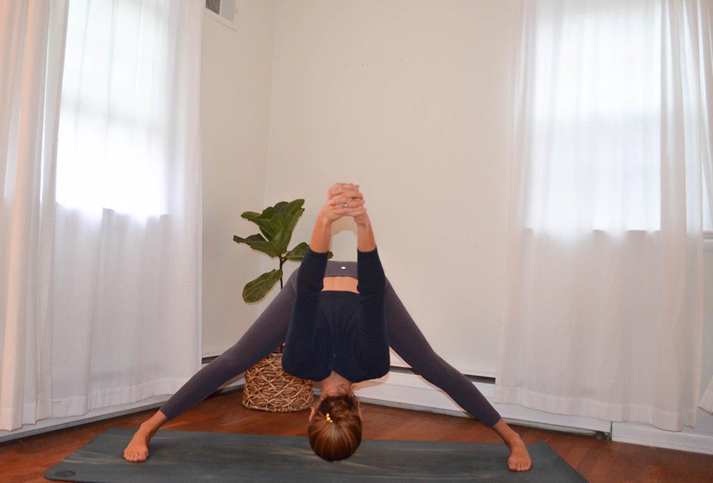 Una secuencia de yoga perfecta para combatir el frío del invierno - yoga-invierno-5