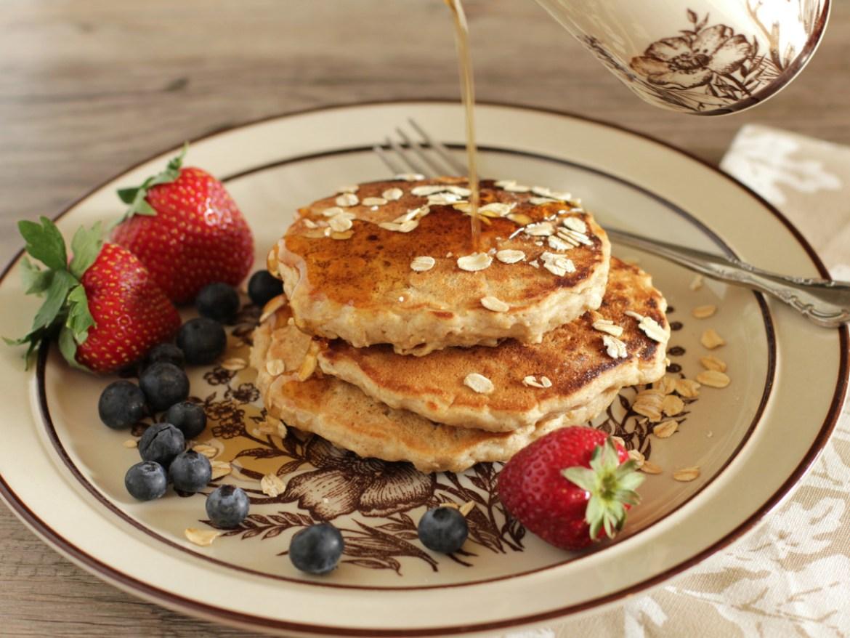 5 formas de desayunar avena para no aburrirte durante la semana - avena-hot-cakes