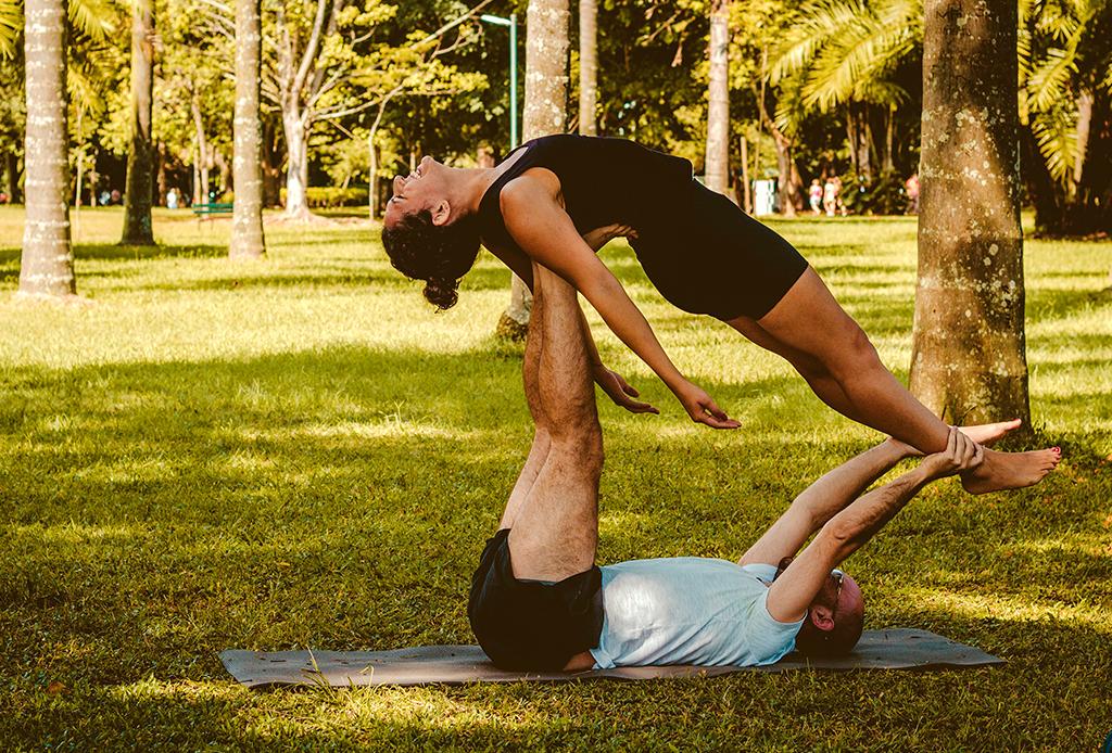Descubre cómo la yoga en pareja puede fortalecer tu relación - yoga-en-pareja-1