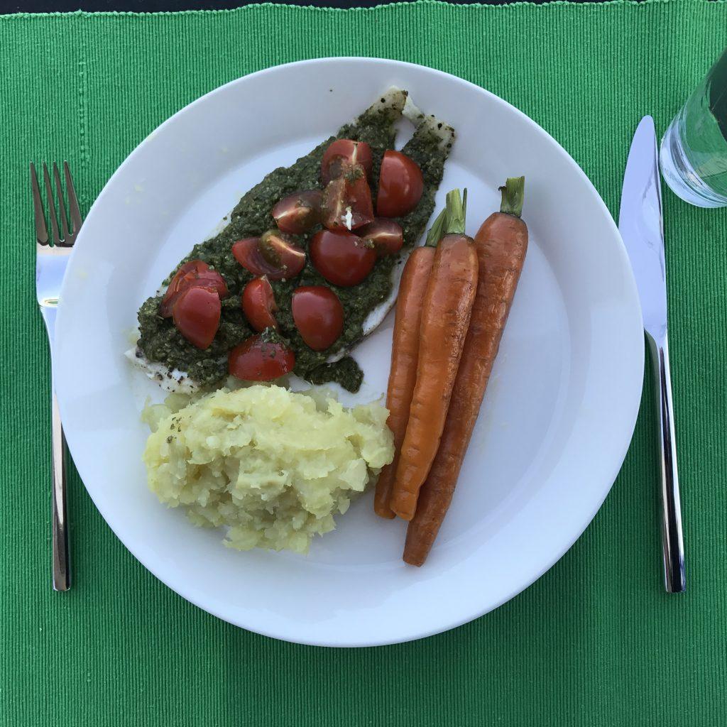 Witte vis, met pesto van spinazie, zoete aardappel en gegrilde wortel, kan zo op de menukaart