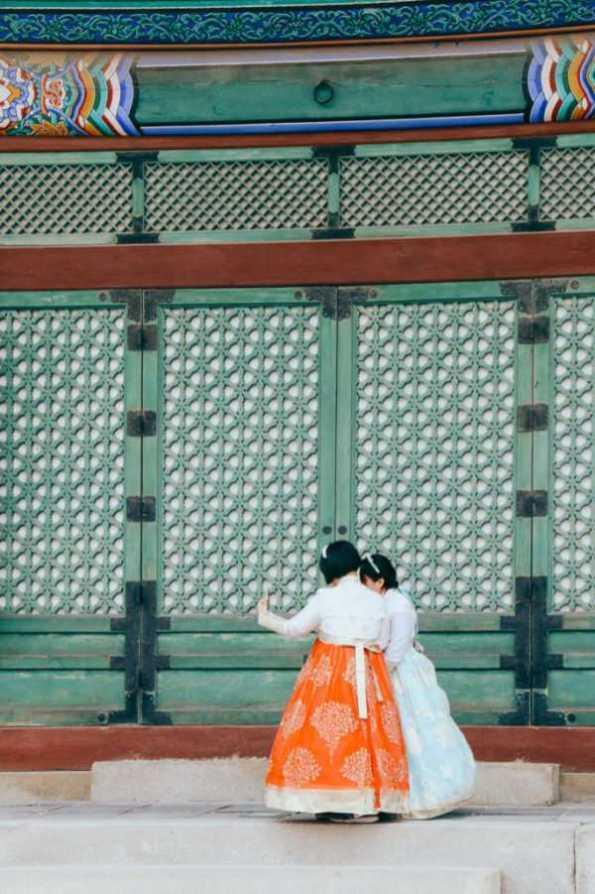 Mädchen in Tracht im Gyeongbokgung Palast, Seoul, Korea