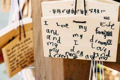 Holztafeln im Meiji Schrein in Tokyo, Japan