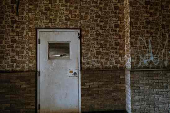 Alte Tür in verlassenem Gebäude