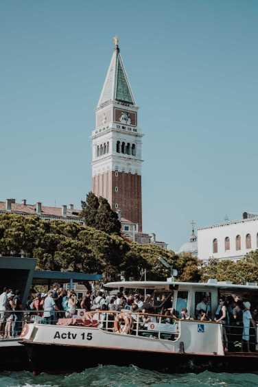 Vaporetto an der Haltestelle San Marco mit Campanile