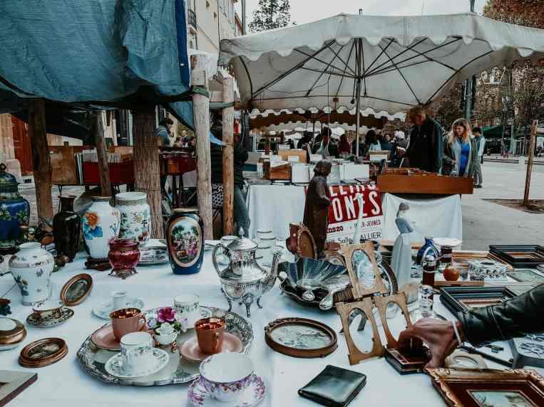 Bilderrahmen und Geschirr auf Flohmarkt