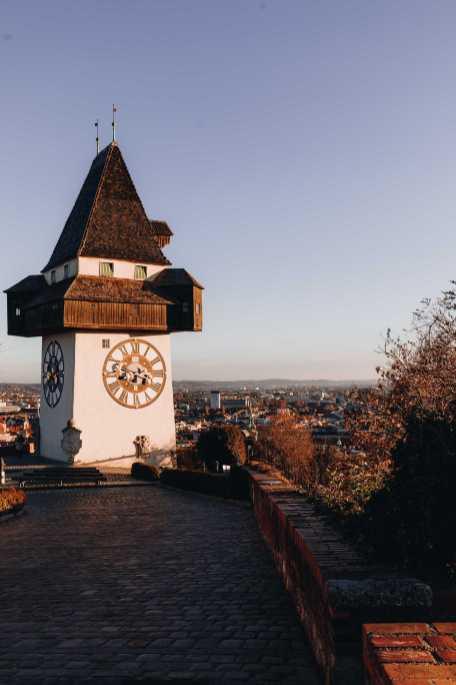Turm mit Uhr Berg