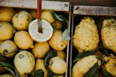 Zitronen in Holzkiste aus Amalfi