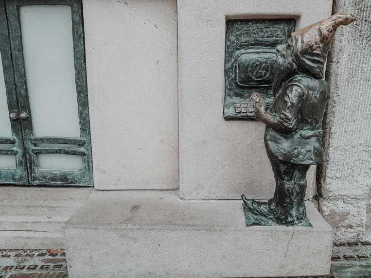 Zwerg an Geldautomat Bank in Breslau
