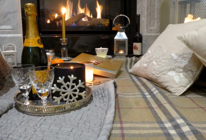 Hygge---Cosy-fireplace-and-blankets