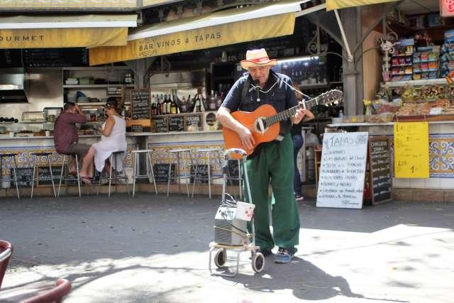 Spanish guitarist in Valencia