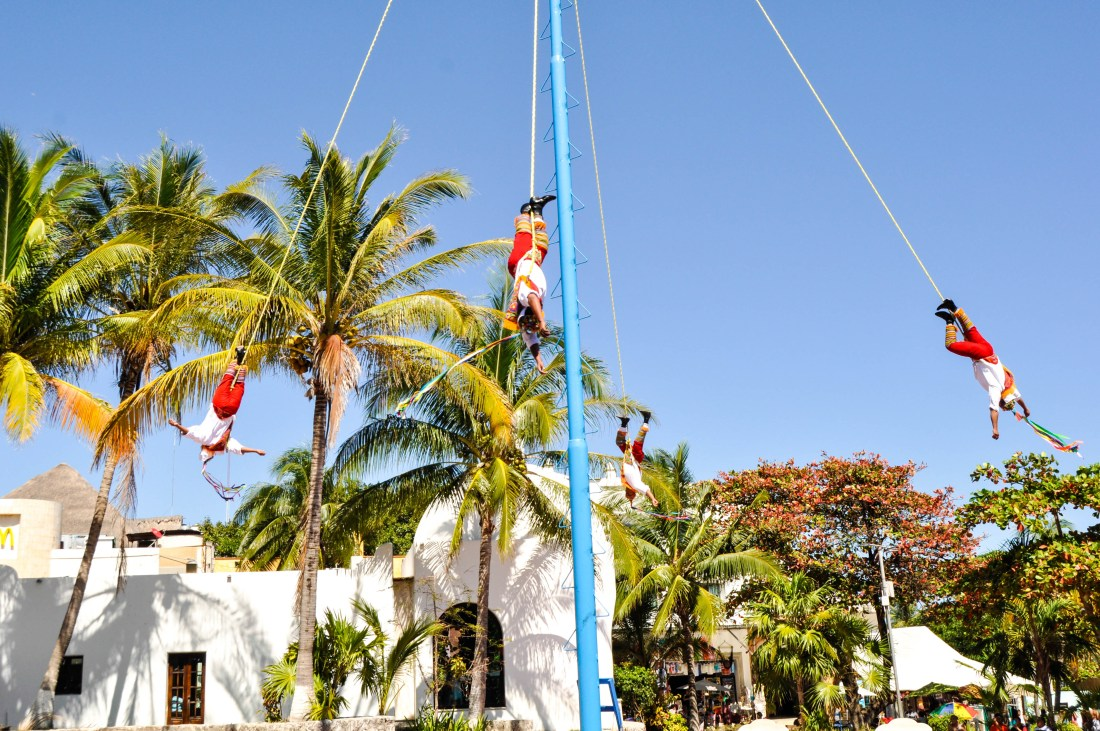 TRADITIONAL-DANCER-MEXICO-TRAVEL-HAUTEMOMMIE-PLAYA-DEL-CARMEN