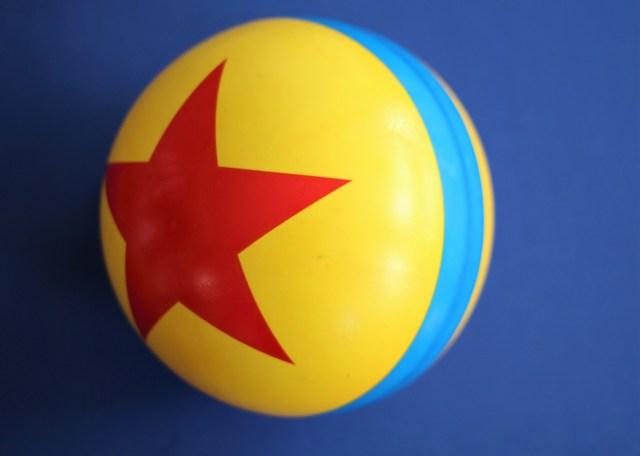 Disney and Pixar inspired smoothie bowl - Luxo Ball Smoothie Bowl - The Healthy Mouse Smoothie Bowl - Gluten Free DIsney - Healthy Disney Recipe - Pixar Ball - Mango Smoothie Bowl