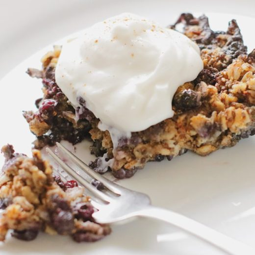 Vegan and gluten-free blueberry baked oatmeal. This healthy baked oatmeal is easy to make and makes the perfect weekend breakfast. It can also be a healthy meal prep idea for those busy weekday mornings - take this oatmeal on-the-go and enjoy the health benefits of blueberries, chia seeds and oatmeal everyday.