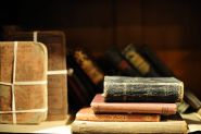 http://pt.wikipedia.org/wiki/Ficheiro:Old_book_-_Basking_Ridge_Historical_Society_(1).jpg