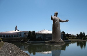 https://commons.wikimedia.org/wiki/File:Lux_Mundi,_the_sculpture_of_Jesus_at_Solid_Rock_Church.jpg