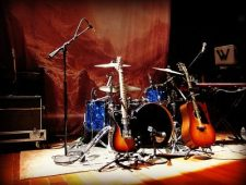 https://commons.wikimedia.org/wiki/Category:Guitars#/media/File:Band_set-up_Lincoln_Hall.jpg