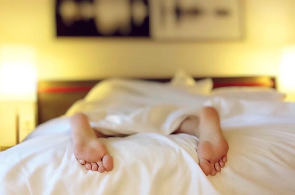 5 stili di vita per il sonno sonoro | Accademia di erbe | Svegliati più riposato, attento, bello e pronto ad affrontare la giornata con questi 5 hack di stile di vita per dormire sonni tranquilli. Il riposo di bellezza è più che una parola d&#39;ordine! &quot;Data-recalc-dims =&quot; 1 &quot;/&gt;</p><h3>1. Essere coerente</h3><p> <span style=