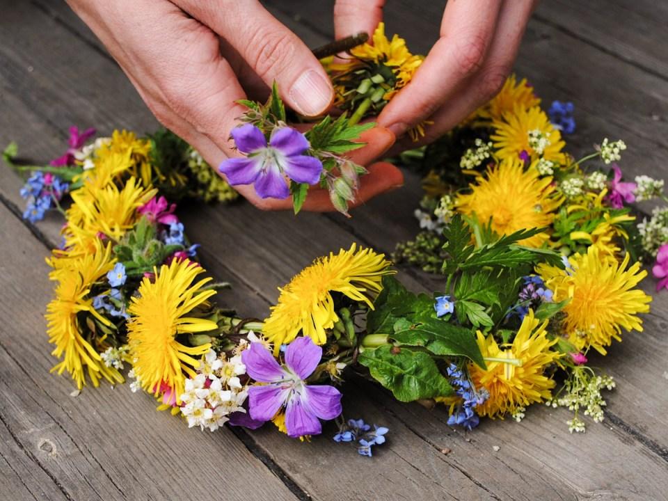 MAKING FLOWER CROWNS FOR CHILDREN - herbal academy