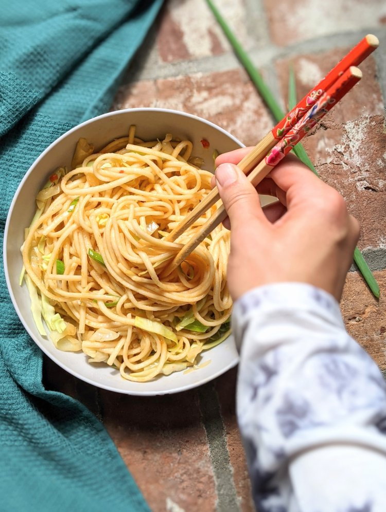 vegan udon noodles recipe chinese takeout stir fry noodles healthy vegetarian meatless fakeaway recipes asian dishes in 15 minutes