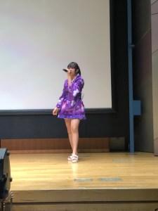 金津美月初ソロライブで夏祭りを歌っている画像