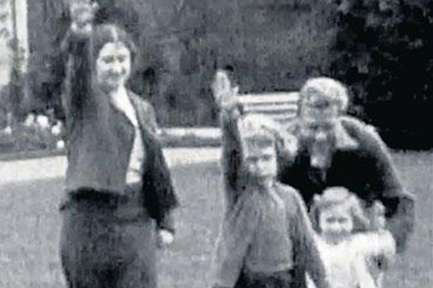 A-young-Queen-performing-a-Nazi-salute-with-her-family-at-Balmoral