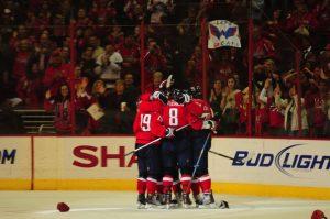The top line celebrates a goal (Tom Turk/THW)