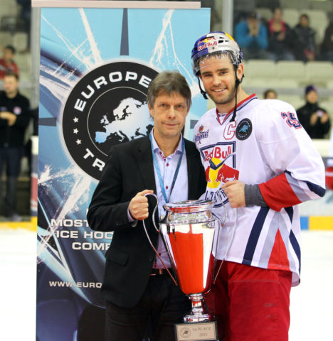 Rob Davison with the European Trophy cup (RedBull/GEPA-pictures)