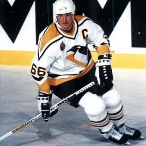 Lemieux overcame incredible odds to dominate the 1992-'93 season. (Tony McCune/Wikimedia)