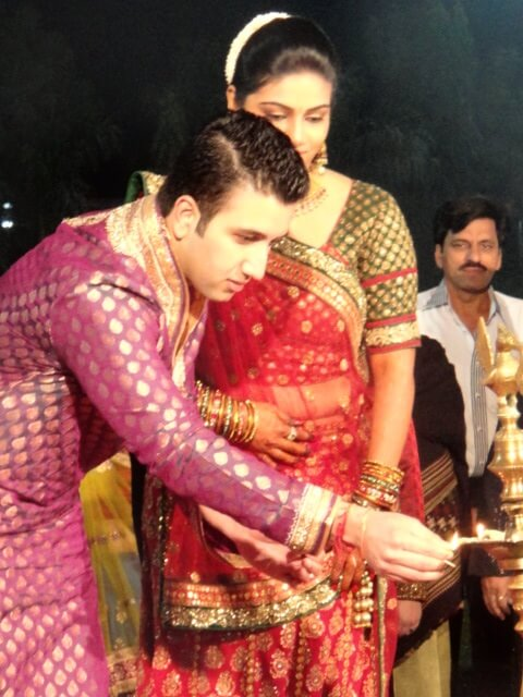 Modern Hindu wedding guide: Candle lighting at Raas-Garba