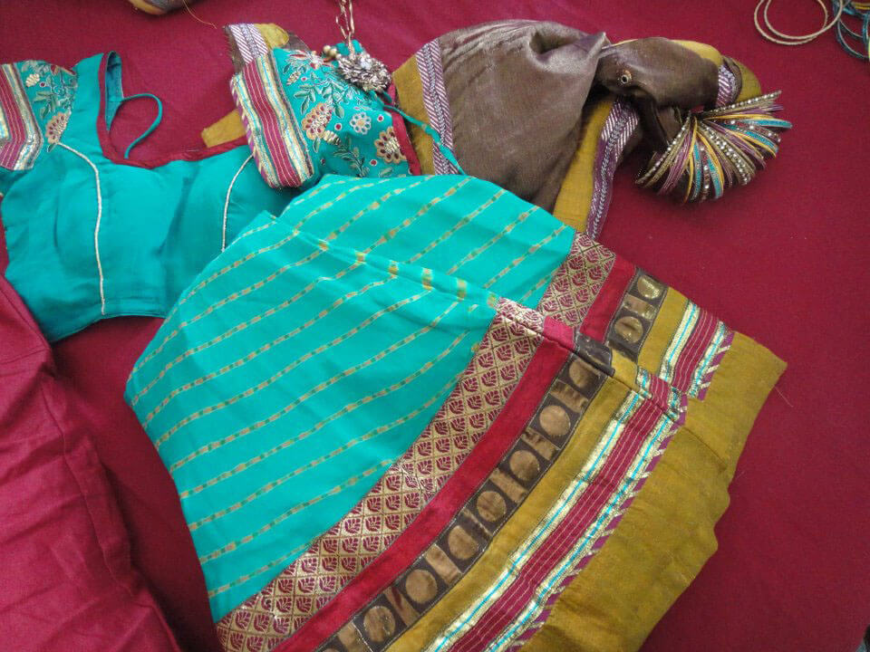 Modern Hindu wedding guide: Chaniya choli and bungdi slid onto and tied to the dupatta (in order to hold the pattern)