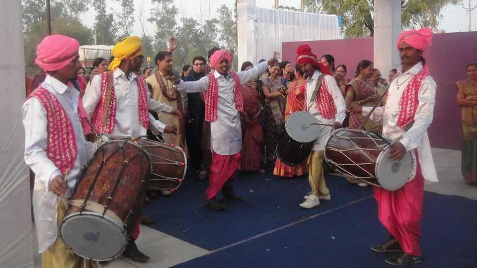 Modern Hindu wedding guide: Groom's arrival at wedding, accompanied by dancers and drummers