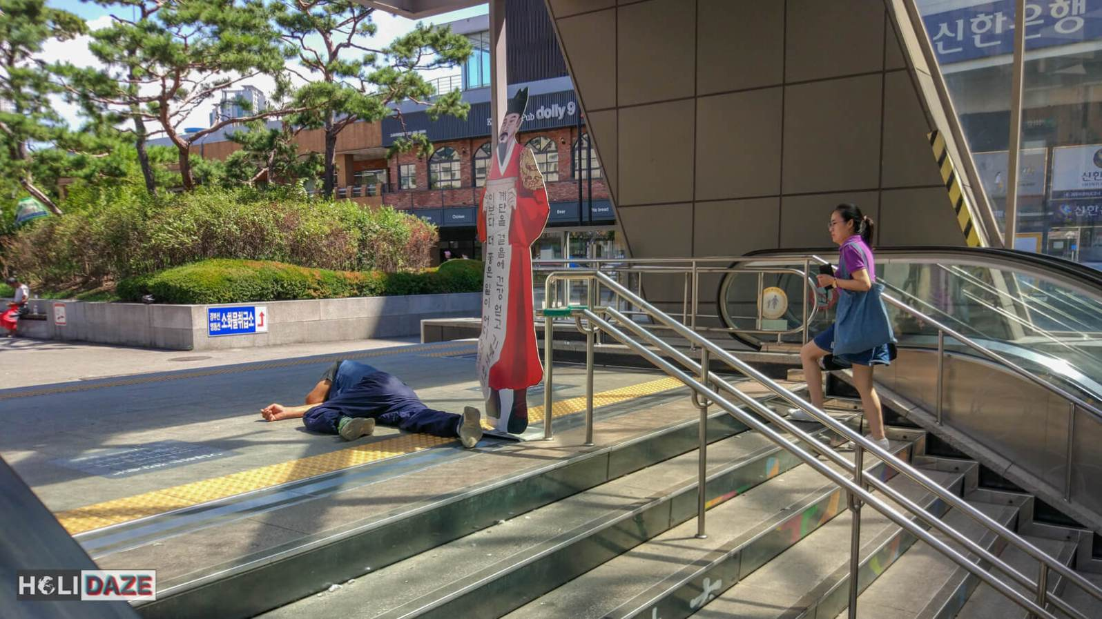 Drunk Korean man passed out in Seoul at 1pm