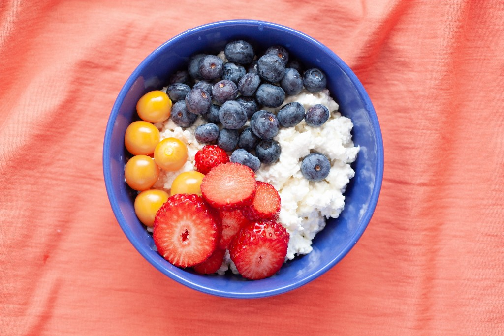 Cottage cheese and fresh fruit