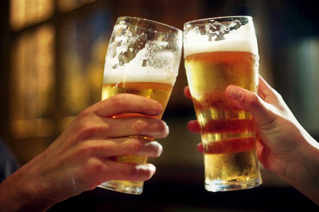 2 People drinking beer