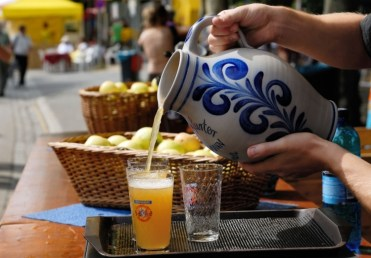 The cider is typically served in ceramic jugs (bembels).
