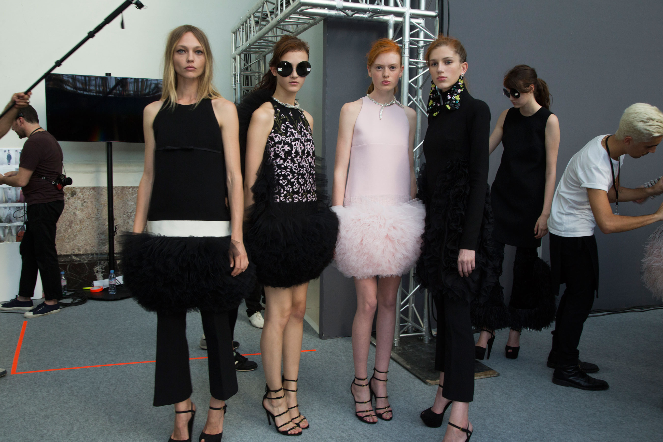 GIAMBATTISTA-VALLI-backstage-fall-2015-couture-the-impression-057