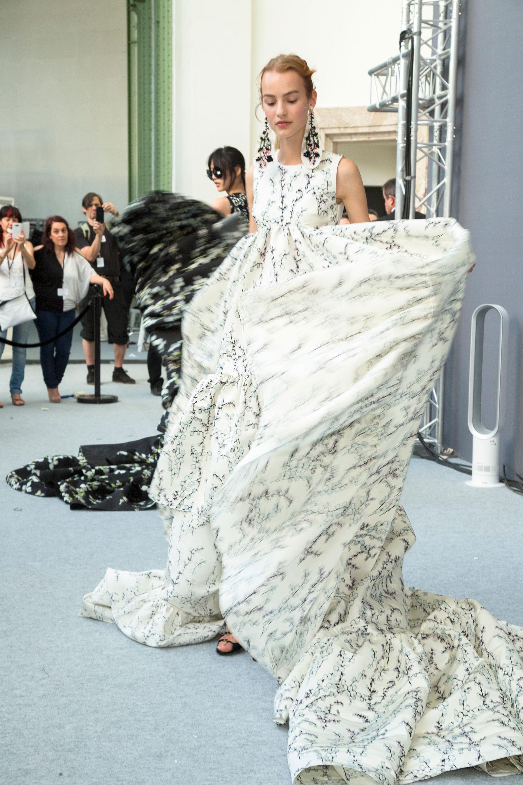 GIAMBATTISTA-VALLI-backstage-fall-2015-couture-the-impression-092