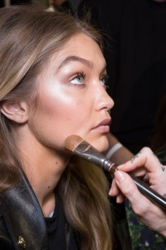 versace-backstage-beauty-spring-2016-fashion-show-the-impression-042
