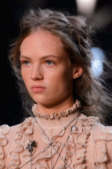 Alexander-McQueen-runway-beauty-spring-2016-fashion-show-the-impression-002