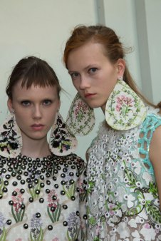 GIAMBATTISTA-VALLI-backstage-fall-2015-couture-the-impression-081