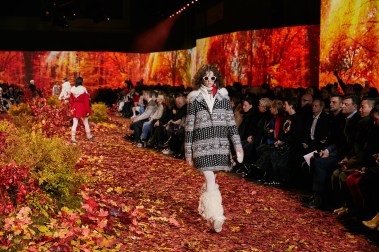Moncler-Gamme-Rouge-fall-2017-fashion-show-atmosphere-the-impression-05