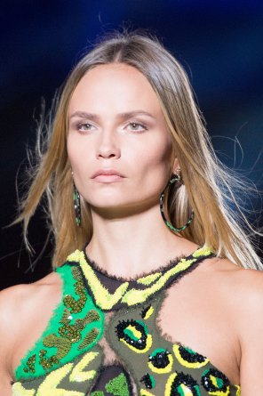 versace-runway-beauty-spring-2016-fashion-show-the-impression-021