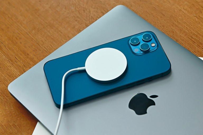 Apple Patents A MacBook Design That wirelessly Charges iPhones &  IPADS