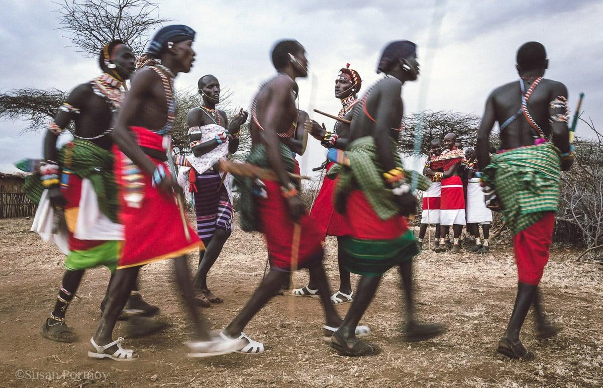 samburu-men-and-women-dance-in-kenya-7110