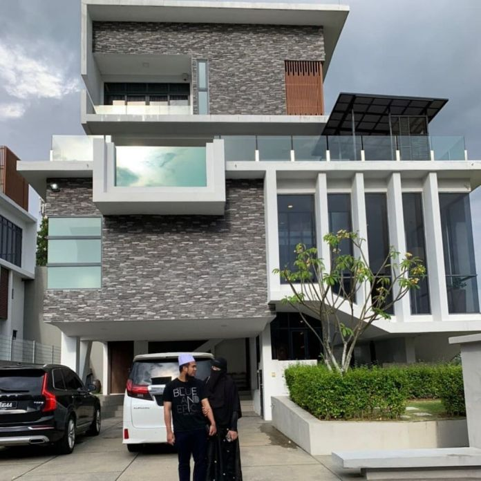 Ustaz Ebit Lew dihadapan rumah mereka yang cantik