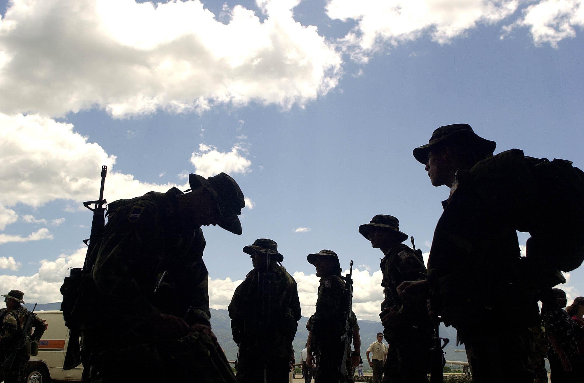 """Soldados hondureños preparan sus maletas durante una ceremonia de despedida de la Fuerza Aérea hondureña en la Base Soto Cano, en Comayagua a 80 km al norte de Tegucigalpa, Honduras, el domingo 10 de agosto de 2003. Unos 370 soldados de Honduras serán parte del """"FT"""". Grupo Xatruch """"que participará en misiones humanitarias en Iraq bajo el mandato de España.  (AP Photo / Ginnette Riquelme)"""
