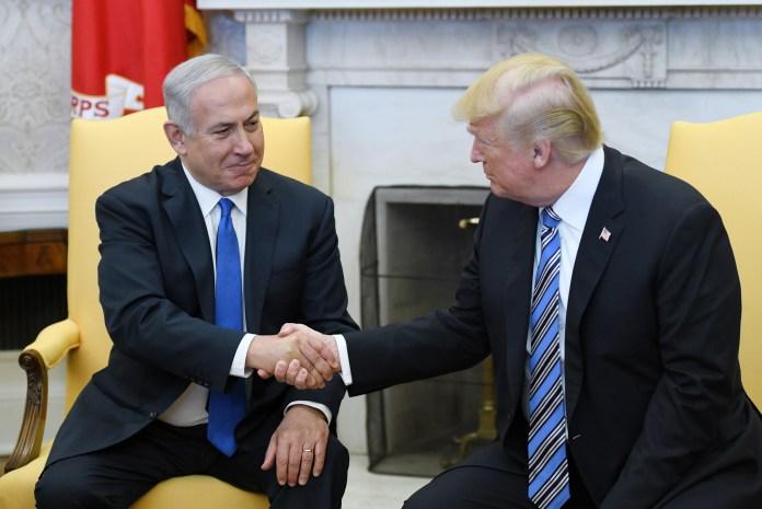 O presidente dos EUA Donald Trump aperta a mão do primeiro ministro de Israel, Benjamin Netanyahu, no Salão Oval da Casa Branca, no dia 5 de março.
